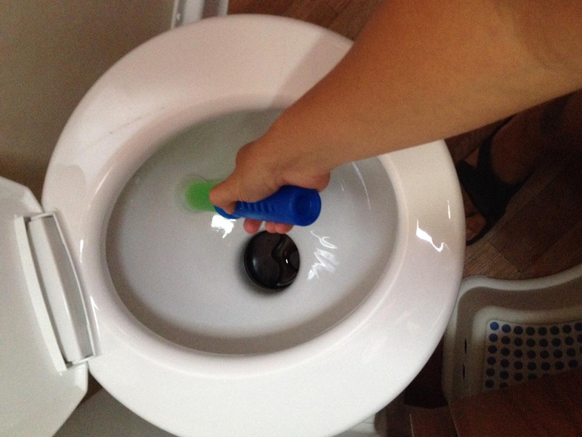 Come eliminare il cattivo odore dal wc chimico - Profumo per bagno ...