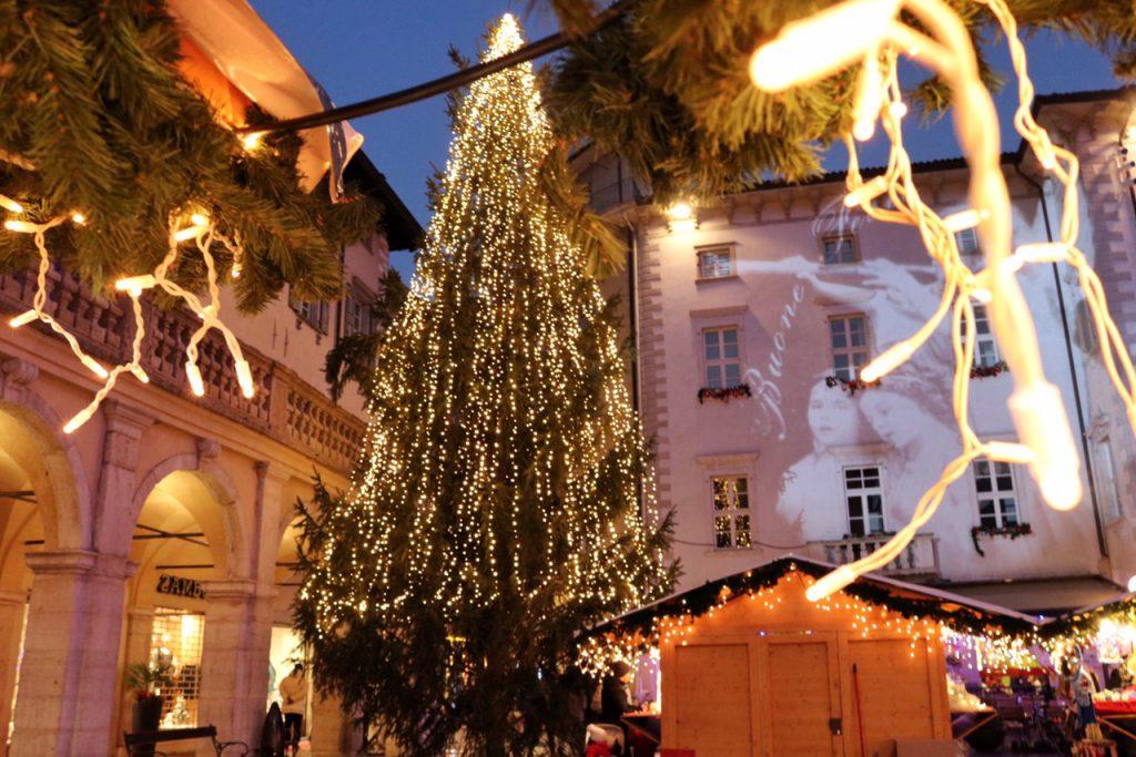 mercatini di natale arco albero in piazza