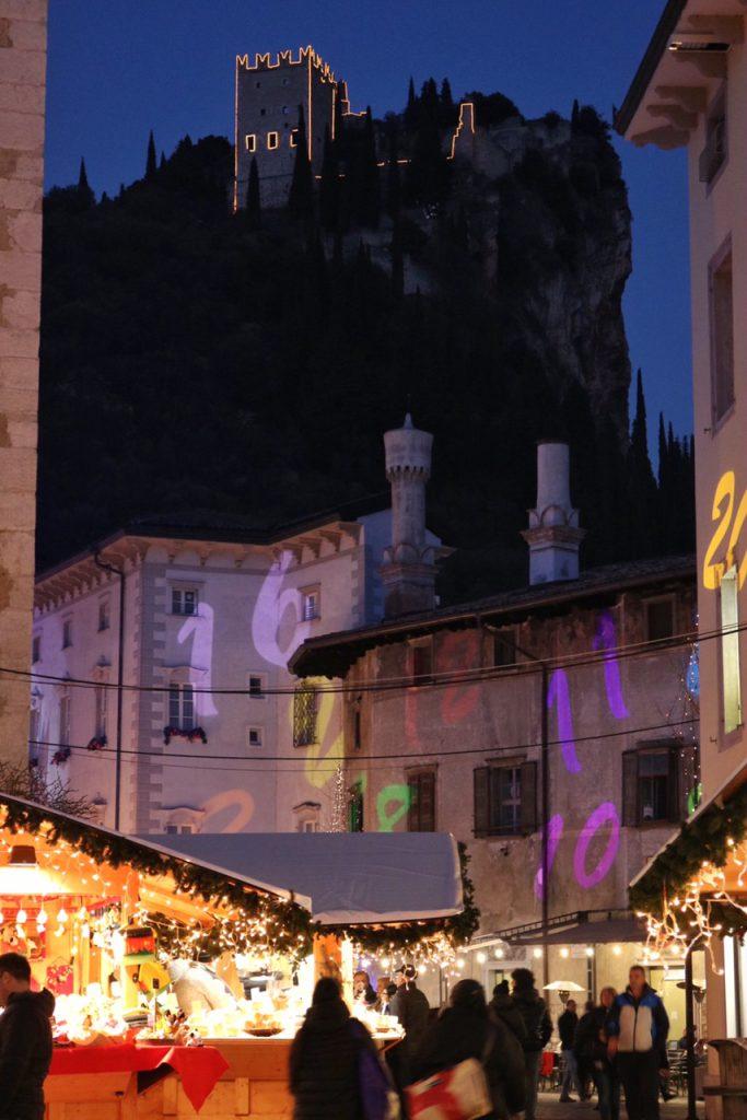 mercatini di natale arco castello di notte