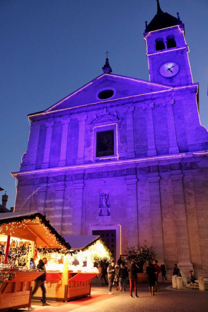mercatini di natale arco chiesa con luci