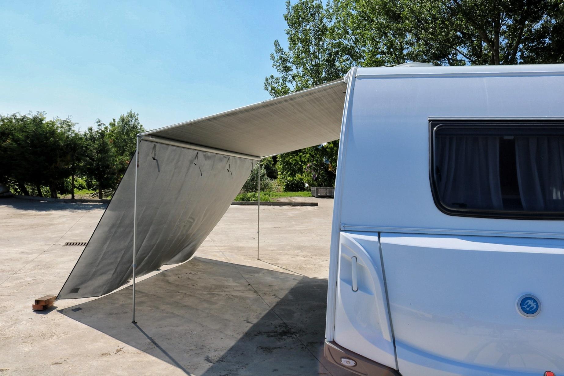 Tendalino roulotte: telo frangisole per aumentare la zona di ombra in campeggio
