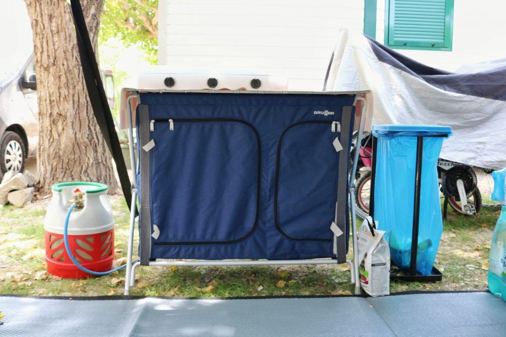 attrezzatura per campeggio mobile gas e pattumiera